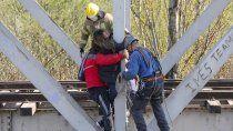 dramatico: mujer desalojada en el dvn esta colgada del puente ferroviario