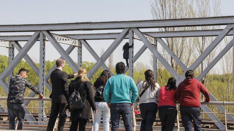 La mujer colgada del puente ferroviario ya está fuera de peligro
