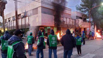 ate bloquea el ingreso al edificio municipal en campo grande