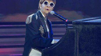 ¿Débora Plager o Elton John? La periodista deslumbró con su imitación