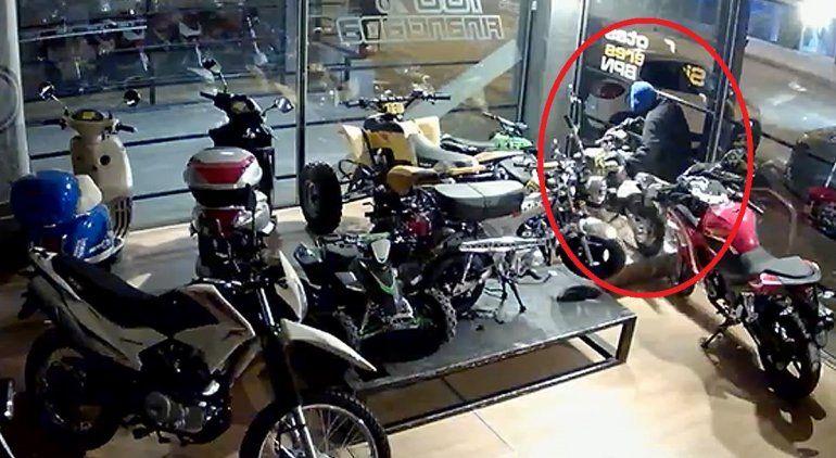 Robó una moto Minicross, la cargó en un auto y quedó grabado