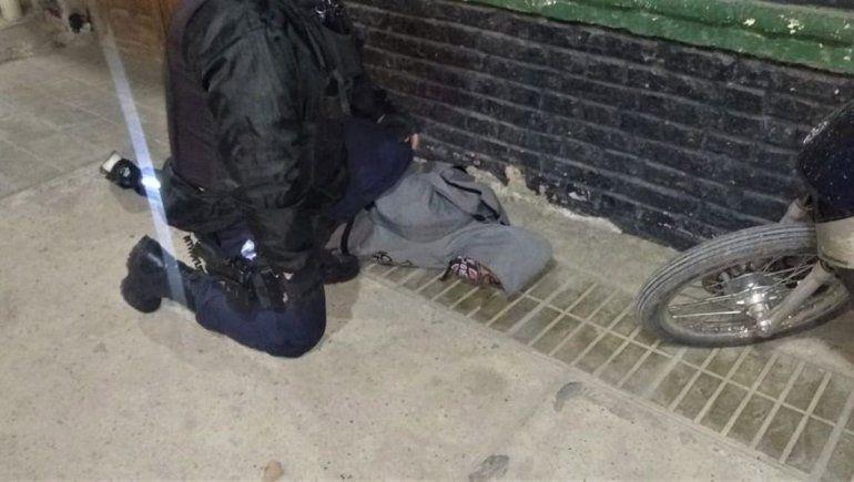 Fue a tomar algo al bar y se le cayó un revólver al suelo