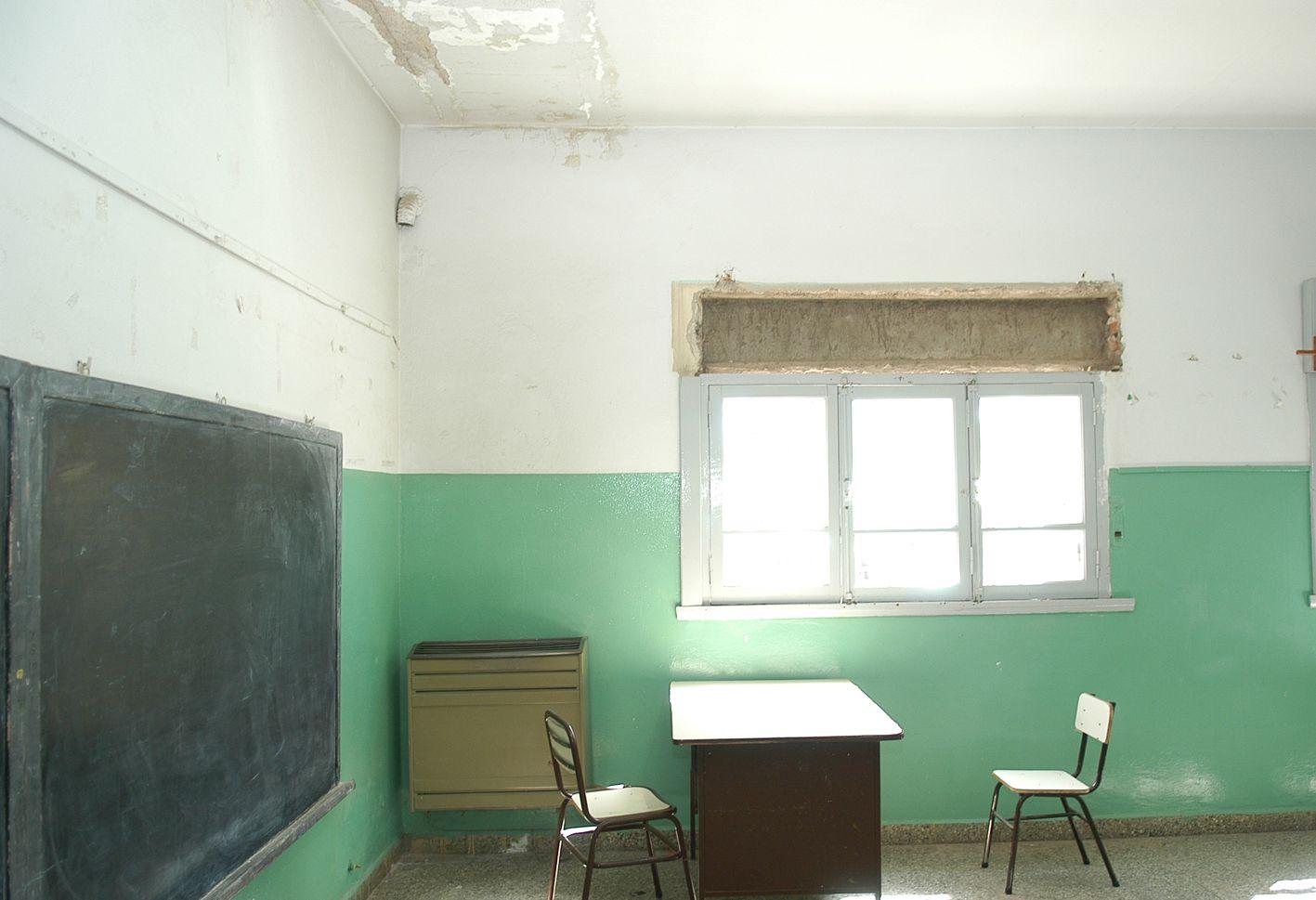Peligro de derrumbe en un aula de la Escuela 221