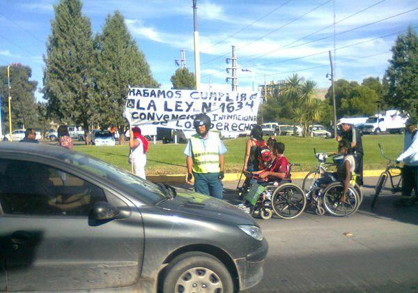 Discapacitados se manifestaron en los puentes