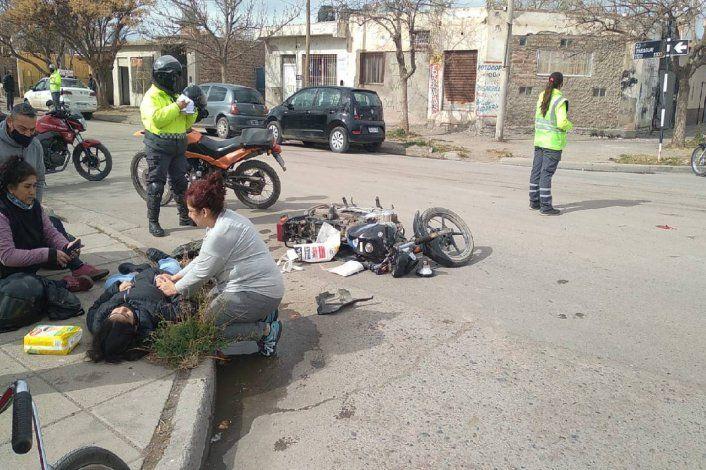Taxi embistió a una moto: hay dos heridas graves