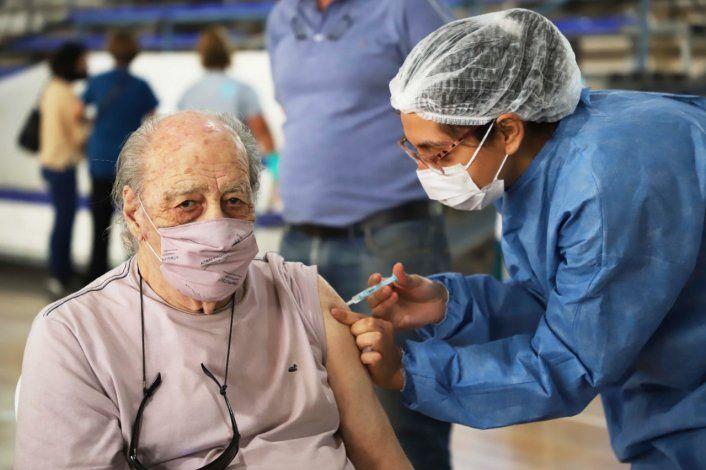 Más del 87% de los mayores de 60 recibieron al menos una dosis contra el COVID