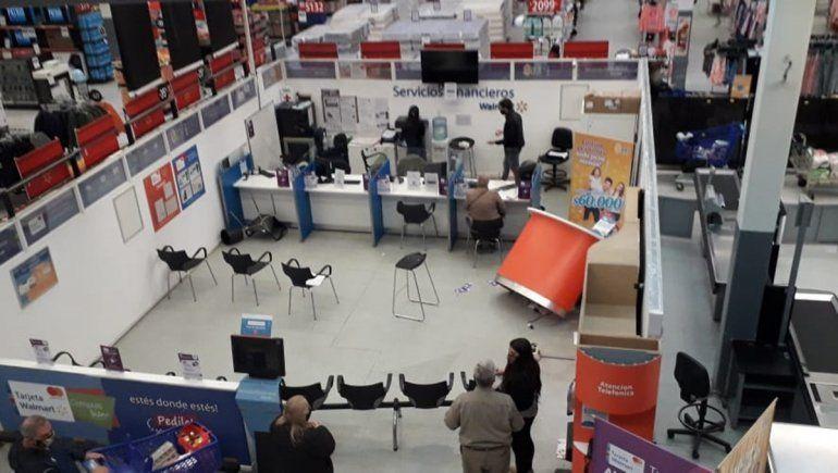 Relatos salvajes en un súper de Neuquén: volaron sillas, escritorios y computadoras