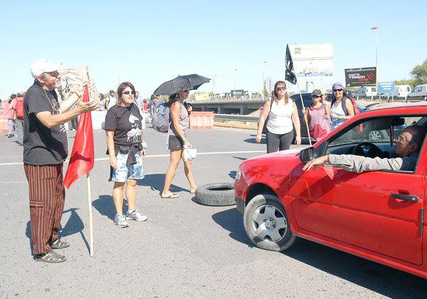 Otra jornada de caos y malestar en la zona de los puentes carreteros
