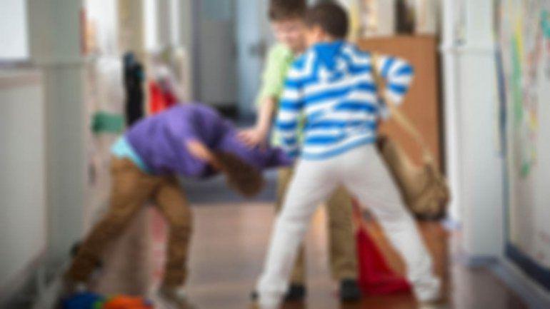 Brutal ataque a un nene: 15 compañeros lo rodearon y lo patearon en el piso