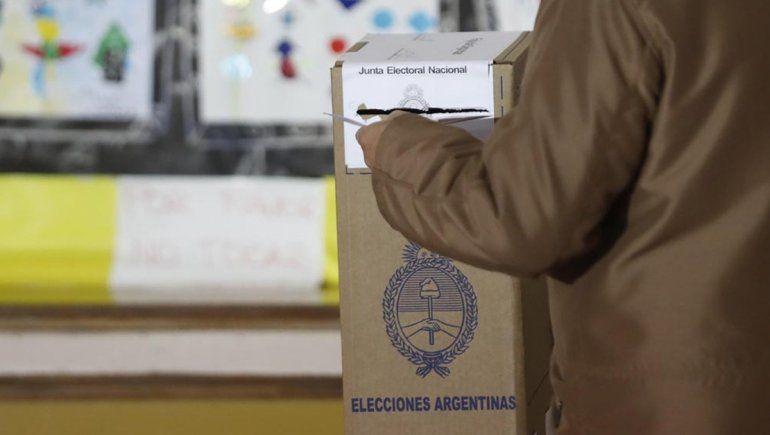 ¿Tienen que votar las personas con COVID o contactos estrechos?