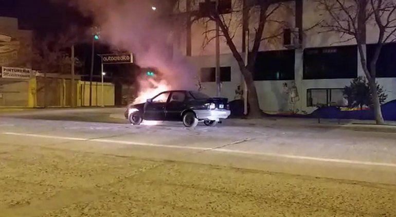 Se le prendió fuego el auto y tuvo que intervenir Bomberos