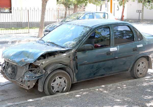 Buscaban a presos y hallaron un auto robado y armas
