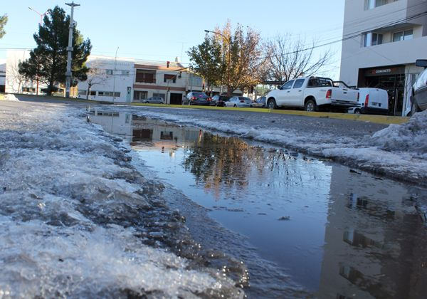 Mañana de accidentes y caídas por la presencia de hielo en las calles