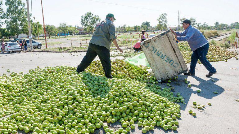 Tiraron 60 mil kilos de peras a las vías