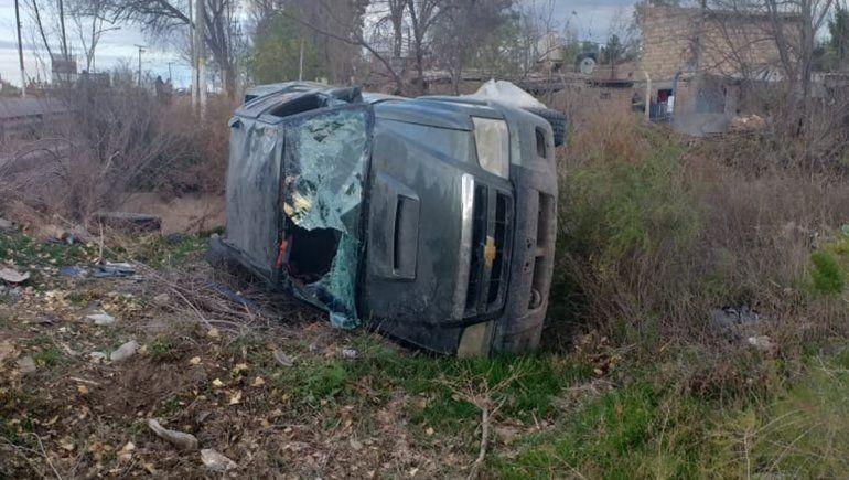Familia volcó con su camioneta sobre la Ruta 65 y se salvó de milagro