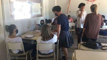Córdoba: fue a la escuela de pollera porque no lo dejaban usar pantalón corto