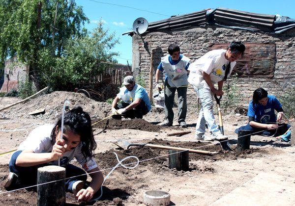 Jóvenes voluntarios construyen casas en el asentamiento 2 de Agosto