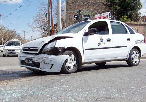 Una violenta colisión entre un taxi y un auto en transitada intersección