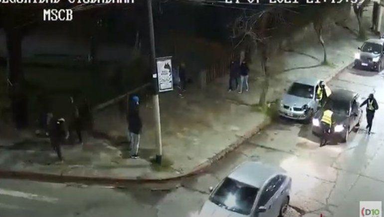 Embistió a una policía para escapar de un control