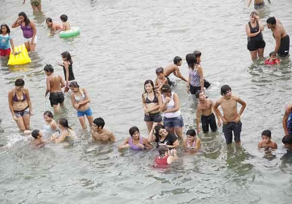 Se bañan en lugares prohibidos