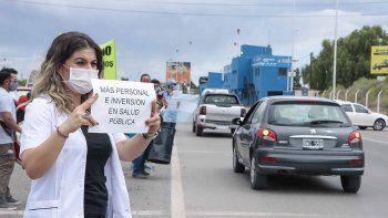trabajadores de salud se manifiestan en los puentes carreteros