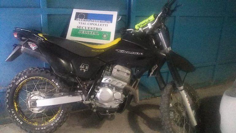 Iban en una moto melliza con documentación robada de un registro