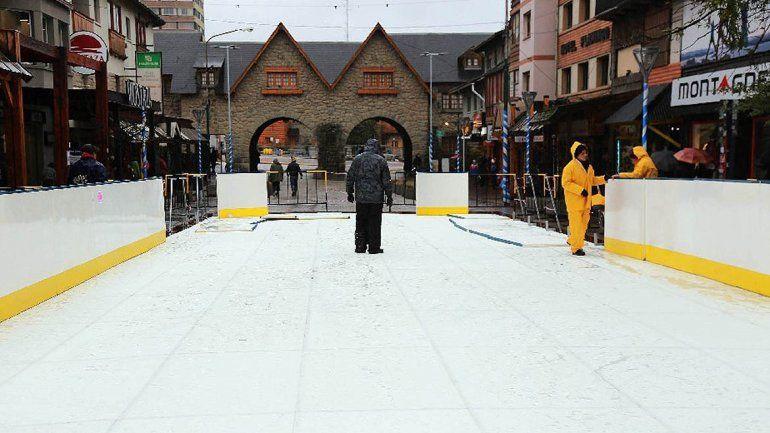 Una pista gigante de patinaje sobre hielo en pleno centro de Bariloche