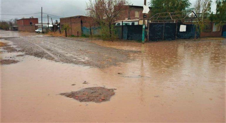 La lluvia inunda las calles y se mete a las casas de muchos vecinos