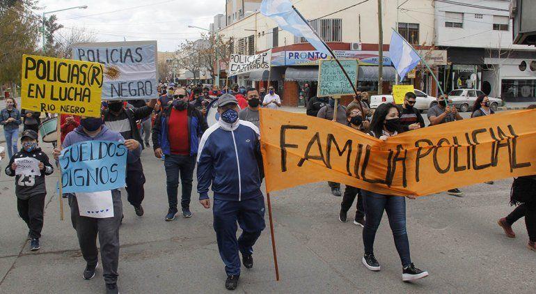 La Policía marchó en Cipolletti por mejores salarios