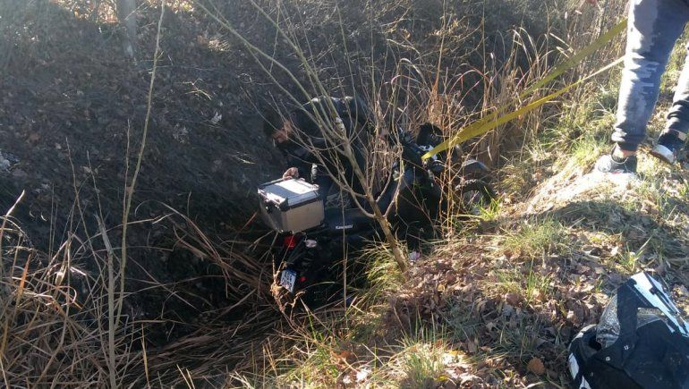 Motociclista se descompensó y terminó adentro de un desagüe