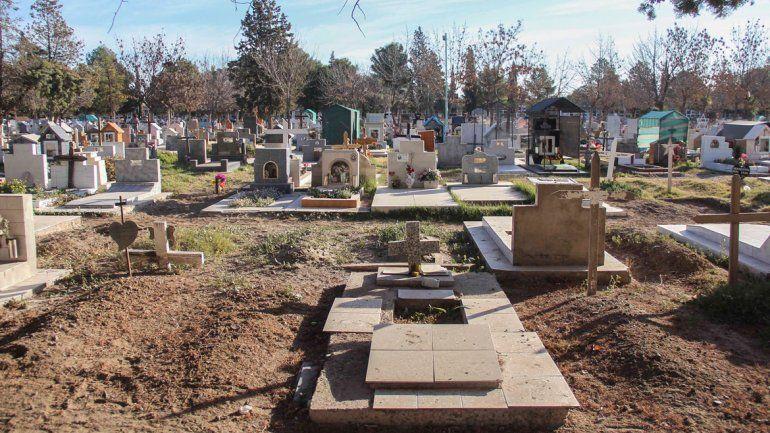 En el cementerio casi no hay espacio y las familias de los fallecidos tienen que esperar meses para despedirlos.