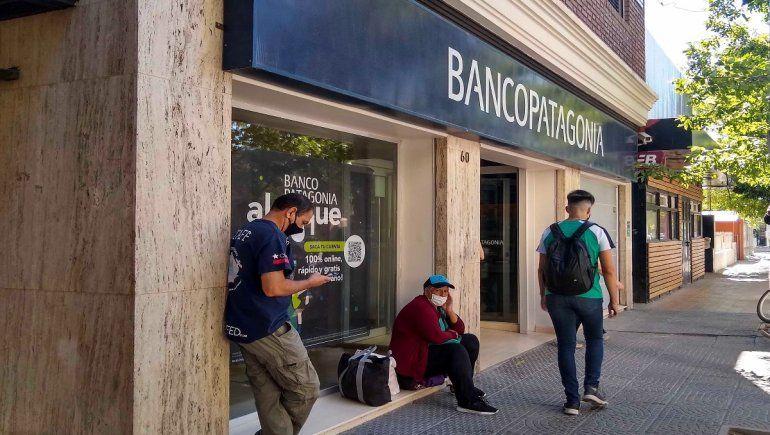 Adolescentes treparon los paredones de un banco para robarse una bici