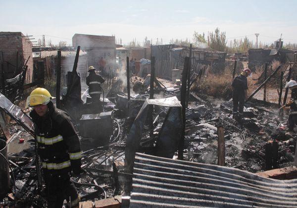 Un incendio arrasó dos casillas en el barrio Obrero