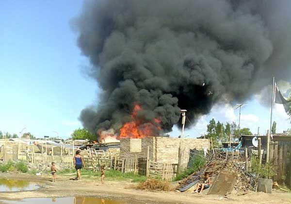 Un incendio arrasó una casa del Barrio Obrero A