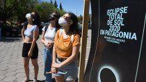 una multitud se agolpo por los lentes para ver el eclipse