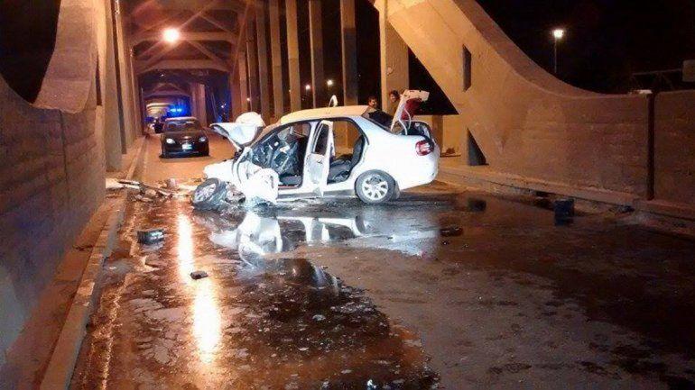 El Fiat Siena terminó destrozado tras chocar las columnas del puente.