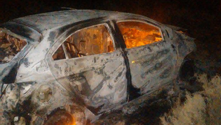 Un remís se prendió fuego en medio de la Ruta 151 tras un accidente