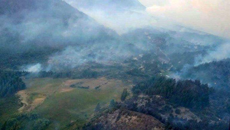Intensifican esfuerzos para contener el incendio en El Bolsón
