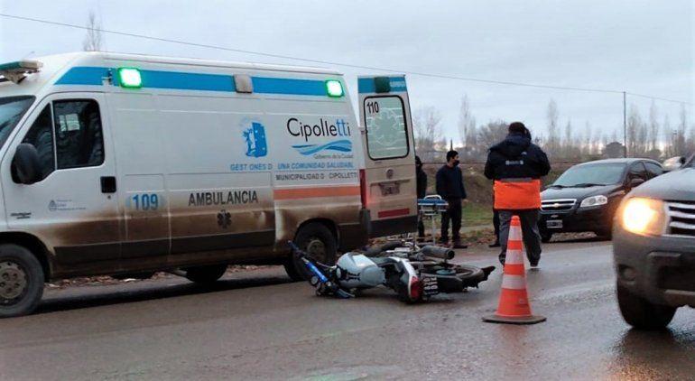 Camioneta chocó a un joven motociclista y lo dejó tirado