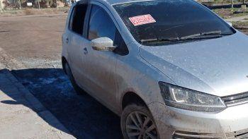 Misterio por auto abandonado e incendiado en Viedma.
