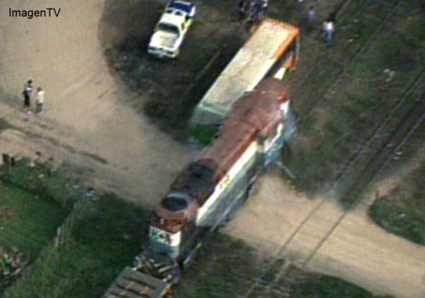 Un tren de carga embistió a un micro escolar en Campana