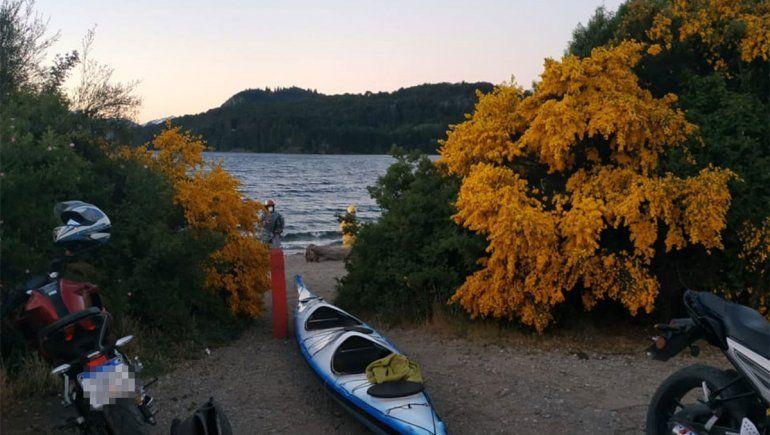 Buscan a un joven que cayó al agua tras darse vuelta su kayak