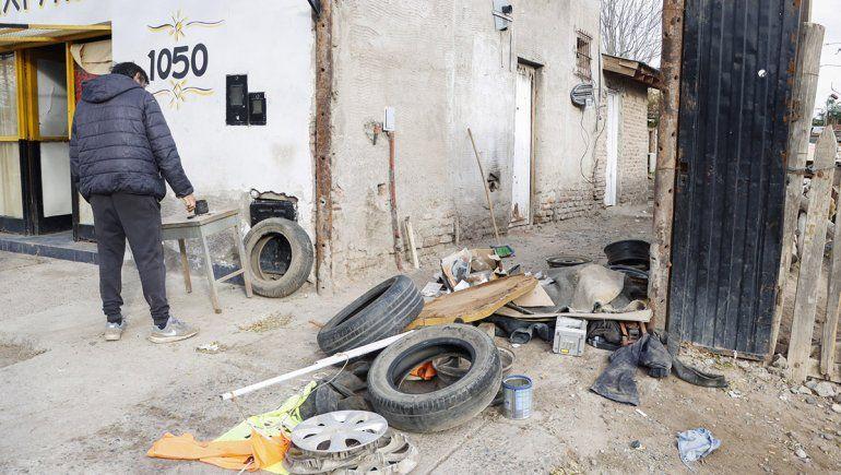 Vecinos indignados saquearon la gomería del hombre que entregó a Agostina