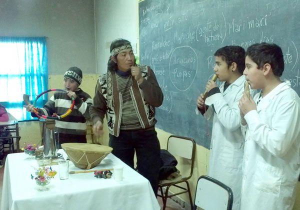 La cultura mapuche llega a las escuelas