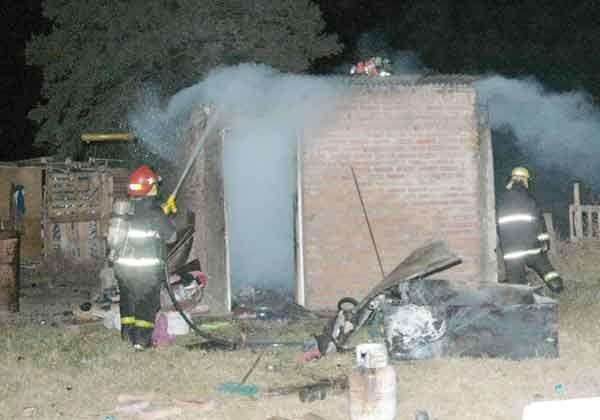 Se incendió una vivienda en la toma Los Sauces