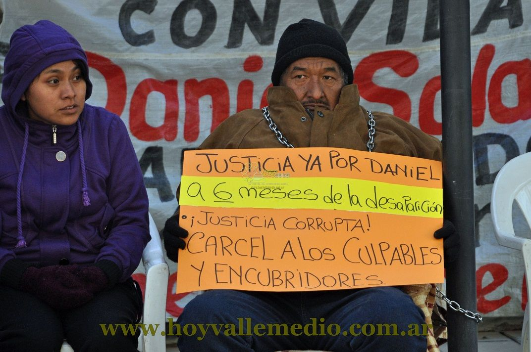Gualberto Solano encadenado y en huelga de hambre