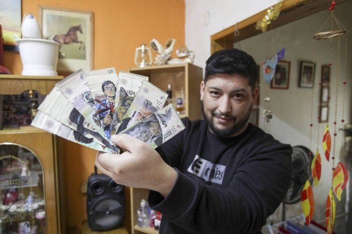 El neuquino que hace de los billetes una obra de arte
