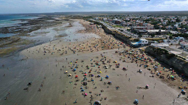 La imagen aérea muestra los vacíos en la playa. Preocupa la menor cantidad de visitante. Foto gentileza Sebastián Leal.