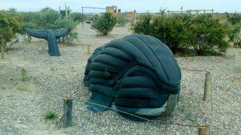 El cetáceo confeccionado con neumáticos, asombra por su realismo.