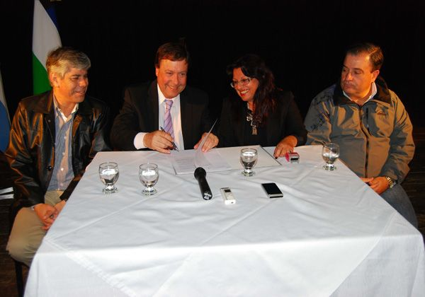 Firmaron en Allen convenios por obras